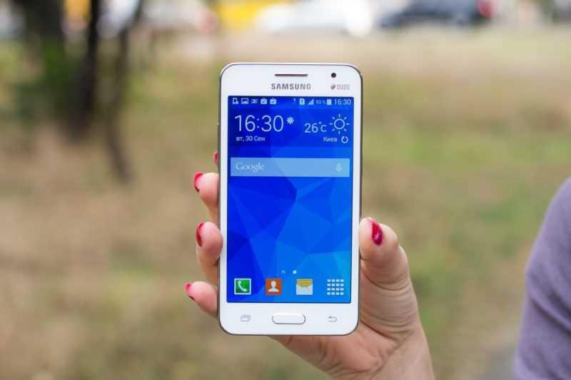 Смартфон Samsung Galaxy Core 2 Duos SM-G355H в руке