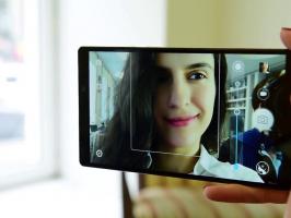Девушка делает селфи с помощью смартфона Vibe Z2 Pro (K920)