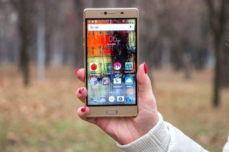 Смартфон Elephone M2 в руке