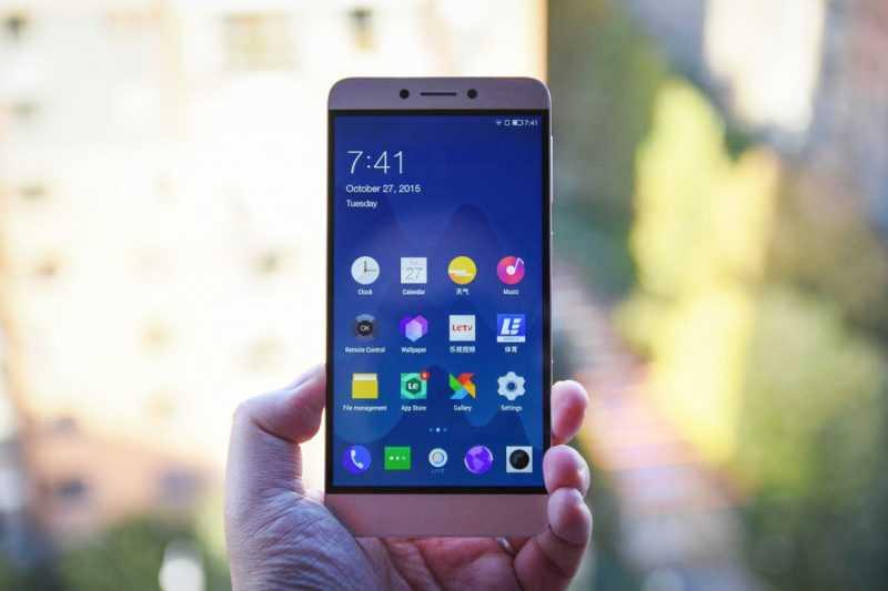 Смартфон LeTV 1S (X500) в руке