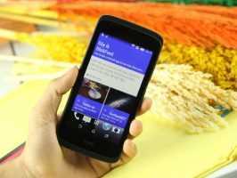 Смартфон HTC Desire 326G в руке