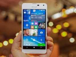 Смартфон Microsoft Lumia 650 SS в руке