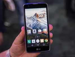 Смартфон LG K7 X210DS в руке