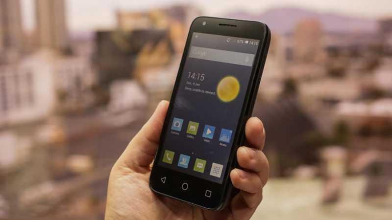 Смартфон Alcatel Pixi 3 4027D в руках