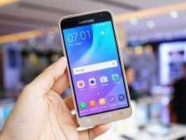 Смартфон Samsung Galaxy J3 (2016) в руке