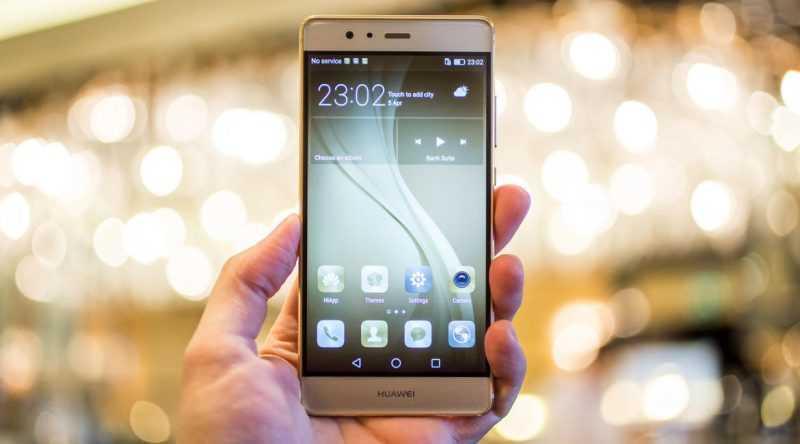 Смартфон Huawei P9 в руке