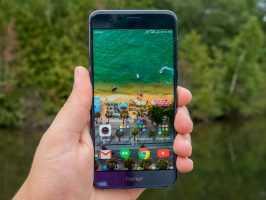 Смартфон Huawei Honor 8 в руке